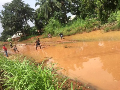 Photos of okija Youths working on a damaged road Neglected by Obiano's Government